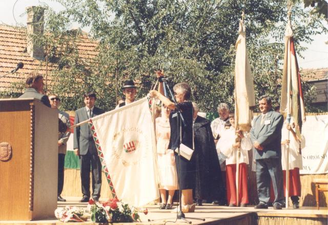 Szabó Pálné zászlóanyaként 2000-ben