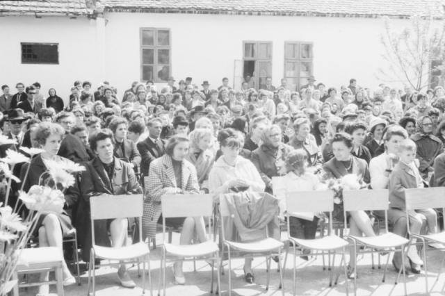 A nagyszámú vendégsereg a gimnázium udvarán