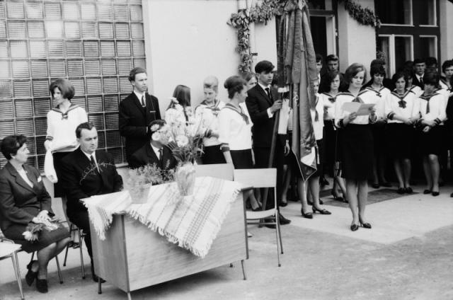 Az ünnepi asztal Janecskó János igazgatóval és Nádor Józsefné Marika nénivel