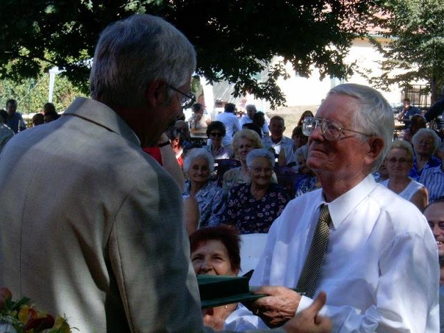 Zimmermann Ferenc átveszi az Elekért Érdemérmet Pluhár László polgármestertől, 2009. augusztus