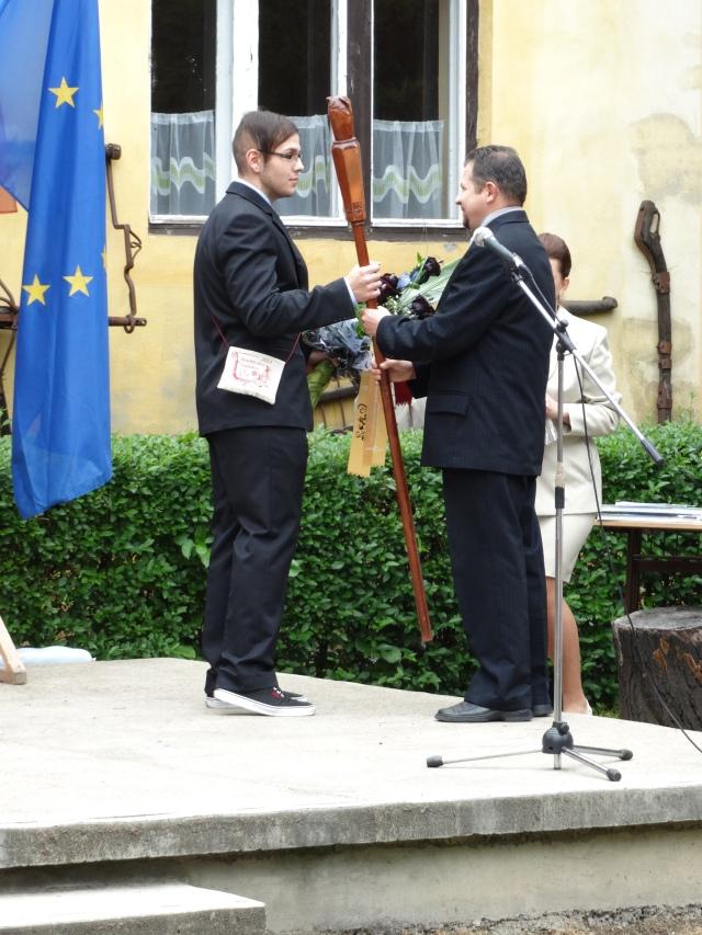 Nagy Miklós tagintézmény-vezető Grósz Mihály gimnáziumi tanulónak átadja a Bölcs baglyot