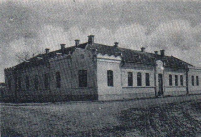 1914-16 kórház,  1920-23 megyeháza,  ma szociális otthon!