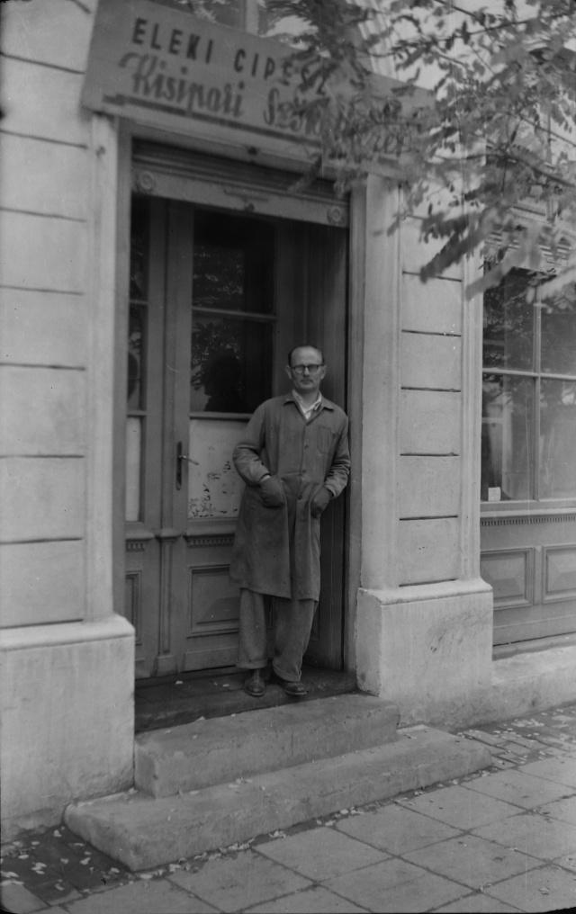 Az eleki cipész kisipari szövetkezet bejárata előtt készült ez a fénykép valószínűleg az 1960-as évek közepén
