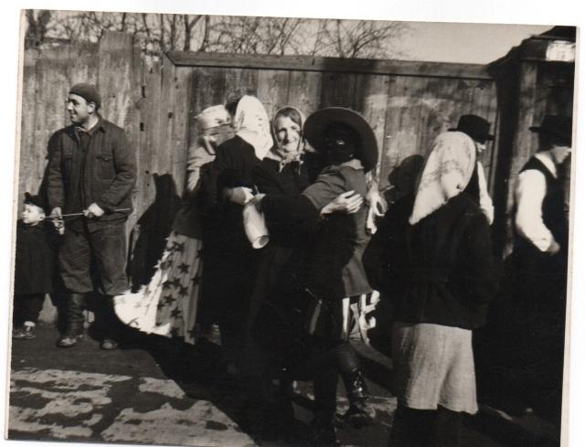 Utcabál, középen Treszi Ferencné Banner József felvétele