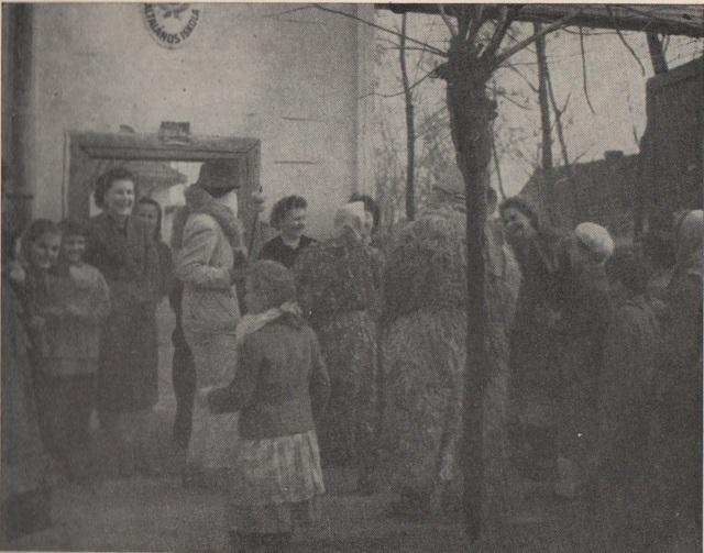 A maszkák az iskolánál, tanárok és diákok körében Ethn.,1966, 15. Banner József felvétele