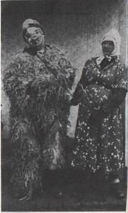 A medve és vezetője (egy állapotos nőnek öltözött férfi)  Ethn.,1966, 15. Banner József felvétele