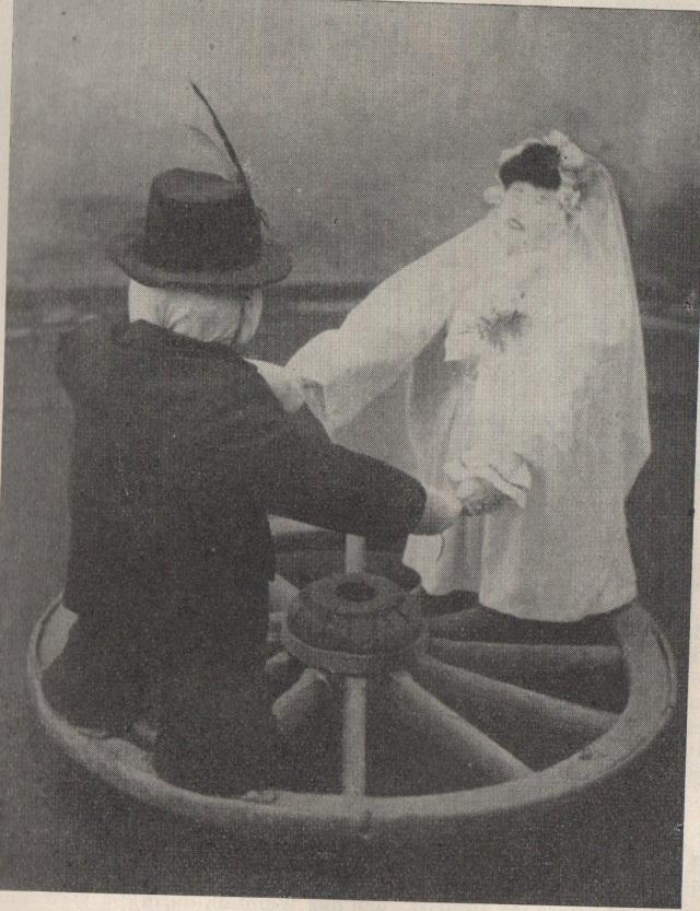 Hans és Gretl, a menyasszony és vőlegény (a kalapján fácántollal) bábuk a földön guruló kocsikeréken Ethn.,1966, 15. Banner József felvétele