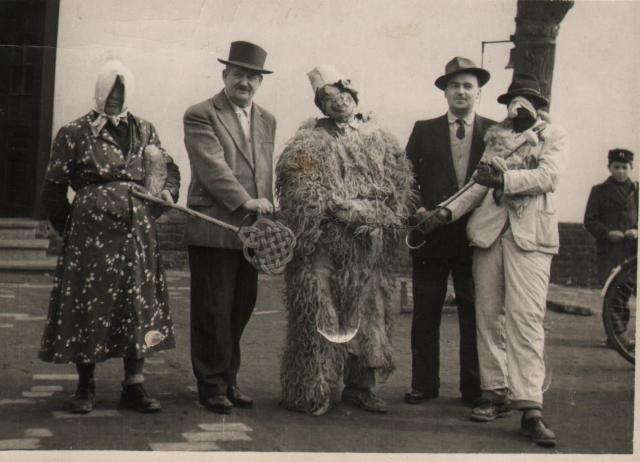 Janecskó János, az eleki általános iskola igazgatója farsangi maszkák társaságában 1960-ban