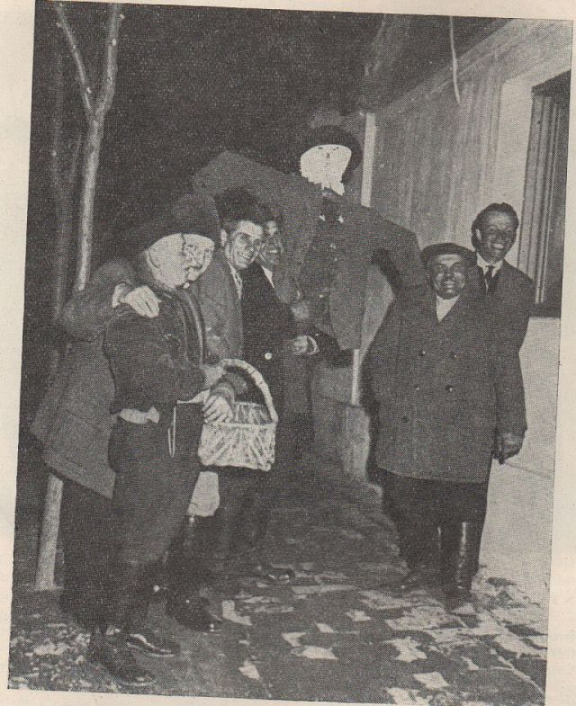 Treszi Ferenc és Mester György (balról 1. és 2.) tojást gyűjtenek az egyik háznál a böjtközepi vacsorához. Ethnographia 1968, 17.