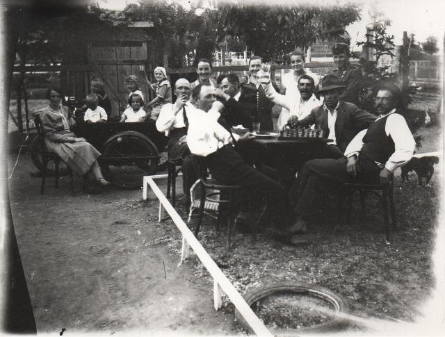 Sakkozás, borozgatás... Balra hátul Treszi Ferencné és lányai