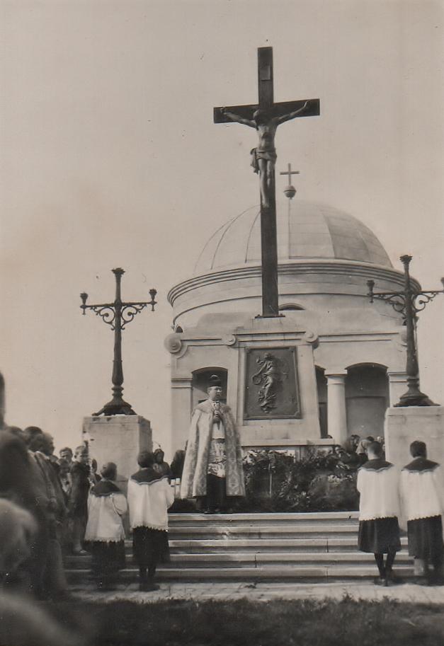 Reibel Mihály esperes húsvéti misét celebrál a temetői kápolnánál, Elek, 1940-es évek