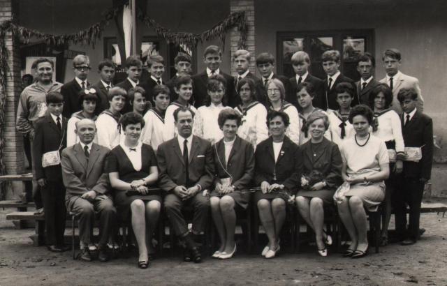 1969, ballagás A tanárok (balról): Nagy András, Szikes Péterné, Radnai László, Mérai Istvánné osztályfőnök, Nádor J. Istvánné, Zempléni Lászlóné, Vígh Frencné