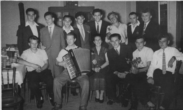Nádor József Istvánné osztályfőnök volt diákjai körében. 1960. VI. 29.