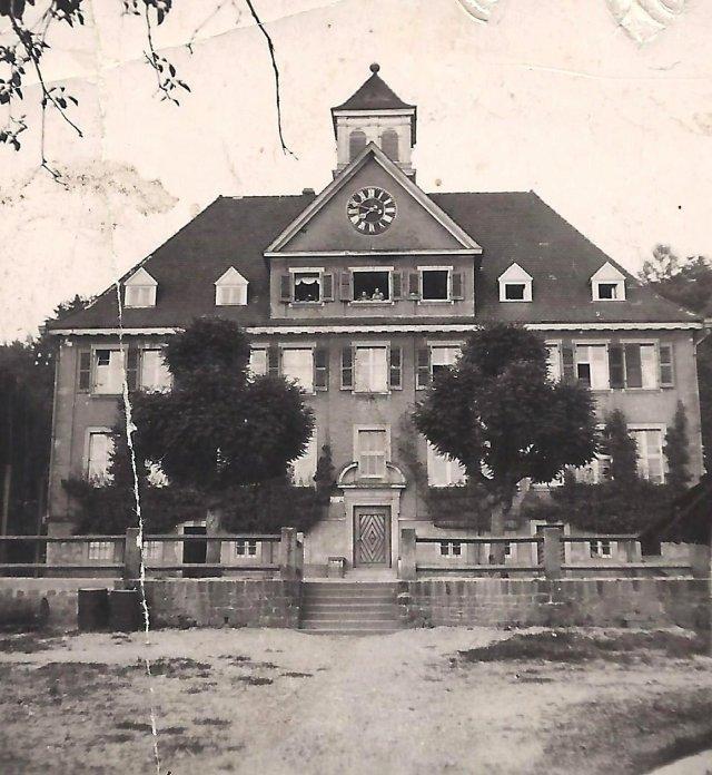 Waldhilsbach-ban, ebben az iskolaépületben, a 3 ablakos padlástéri lakásban laktak