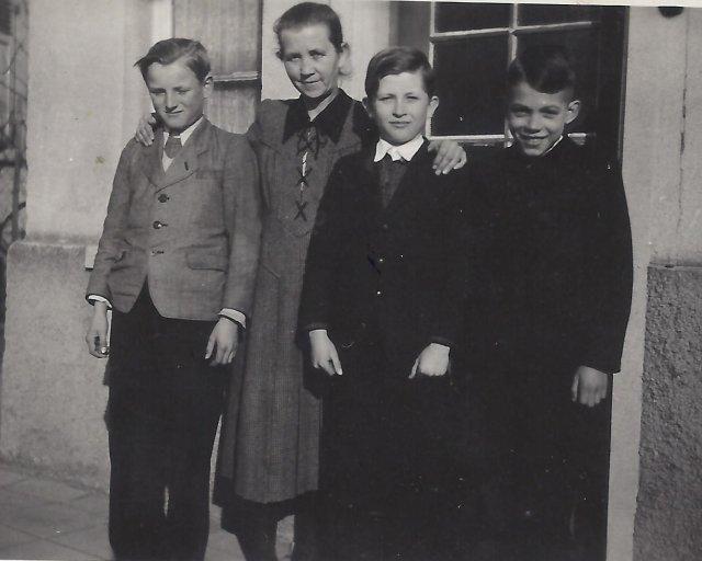Wieblingen. Balról jobbra: Wittmann György, Emenet Mihályné (Wittmann Magdolna, nevelőanyja), Kittler Antal (unokatestvér) és Wittmann György egyik osztálytár sa