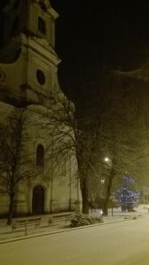 Karácsonyi hangulat a templom előtt