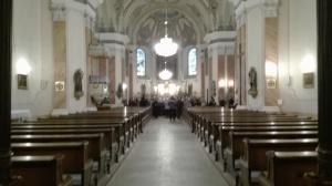 Az iskolás gyerekek koncertpróbája a szépen felújított templombelsőben