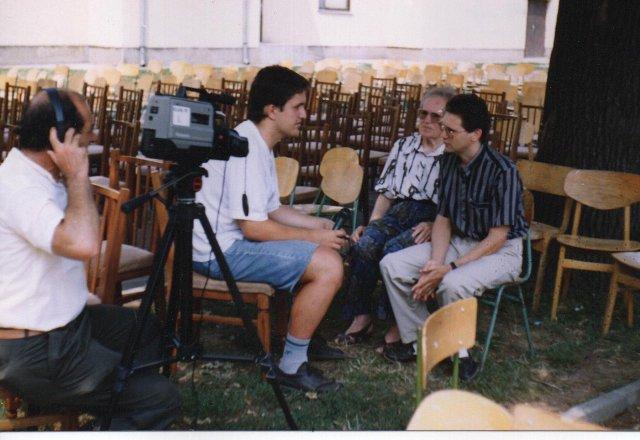 Dolgozik az Elek-TV. Klemm Tamás riportot készít Mester Györgynével és fiával