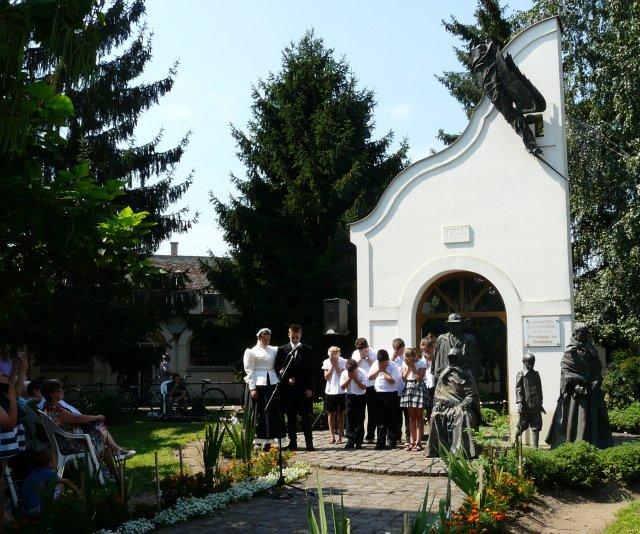 A Kiűzetési emlékműnél a Dr. Mester György Általános Iskola tanulóinak ünnepi programja 2016