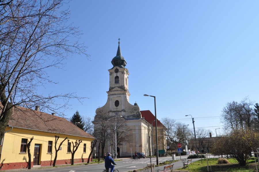 A templom előtt zavarbaejtően csekély a forgalom.